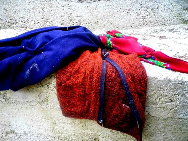 Les vêtements d'hiver et le téléphone d'une paysanne déposés pour pouvoir moudre son maïs dans le moulin public. © Limoune